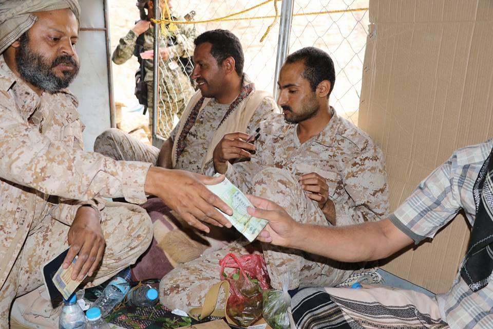 صرف مرتبات الموظفين في عدن