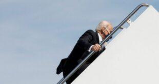 """ترامب يعلق على """"سقوط"""" بايدن أثناء صعوده سلّم الطائرة"""