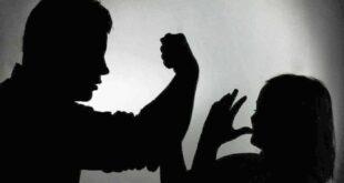 بالفيديو | مشهد مفزع .. شاب يقتل أمه بصفعة واحدة على وجهها أمام زوجته